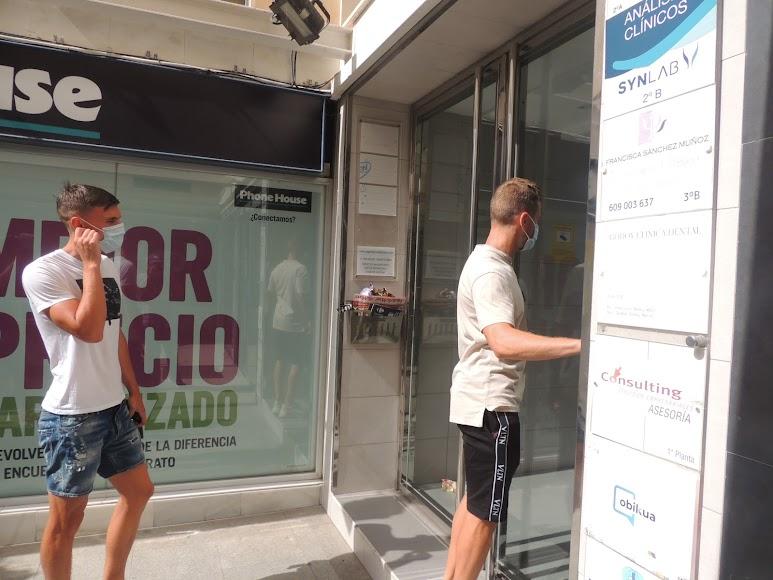 Nikola Maras e Iván Balliu a punto de entrar al edificio.