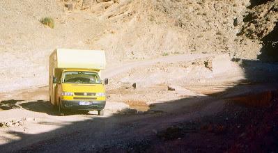 Photo: Zum Bergwerkdorf Aeoli bei Midelt in Marokko. Für kleine schlechte Straßen und leichtere Pisten (auch für enge Innenstädte in Südeuropa und für Großbritannien) ist der T4 syncro gut geeignet.