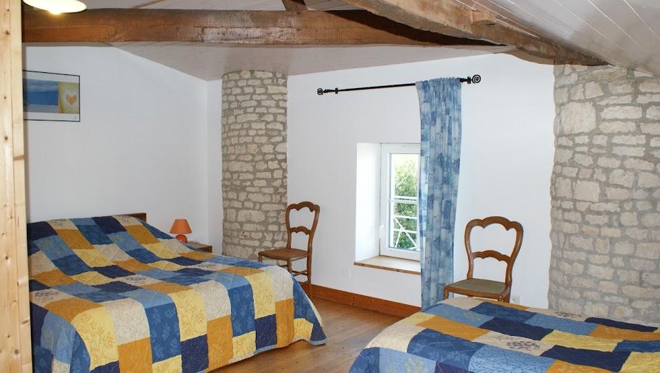 Gîte Le Nid pour 3 personnes à Surgères près de La Rochelle et du Marais Poitevin chambre triple vu sur le jardin clos