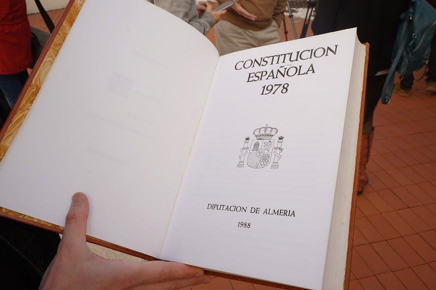 Ejemplar de la Constitución en una edición de José María Artero, donada ahora a la biblioteca.
