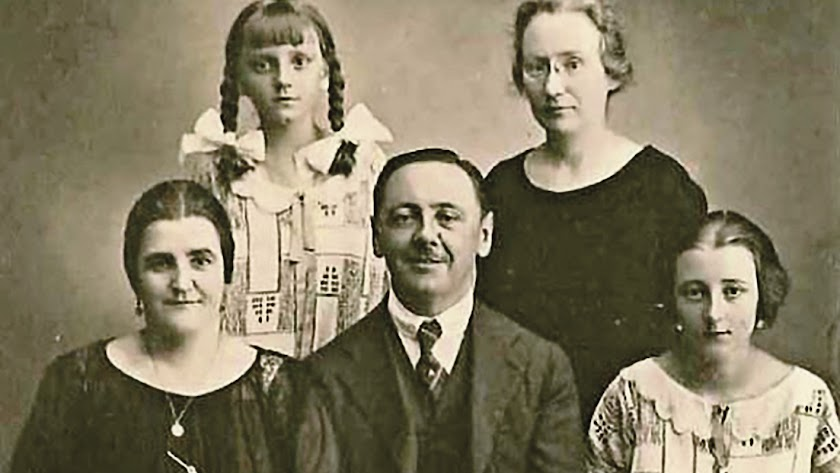 Don Rodolfo, su esposa Teresa, sus hijas Resi y Conchita, junto a la institutriz austriaca.