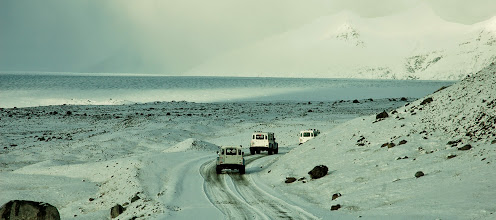 Photo: I nostri Land Rover Defender 110 AT37 in marcia verso il ghiacciaioVatnajökull in inverno. Islanda, marzo 2014. www.90est.it