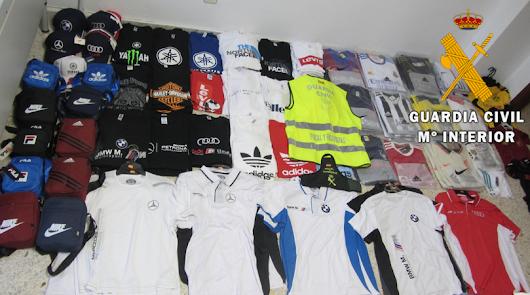 Vendía prendas falsificadas de marcas en un comercio de suvenires en Roquetas
