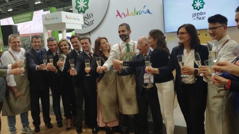 La consejera de Agricultura, Carmen Crespo, ayer con representantes institucionales de Almería en la Feria.