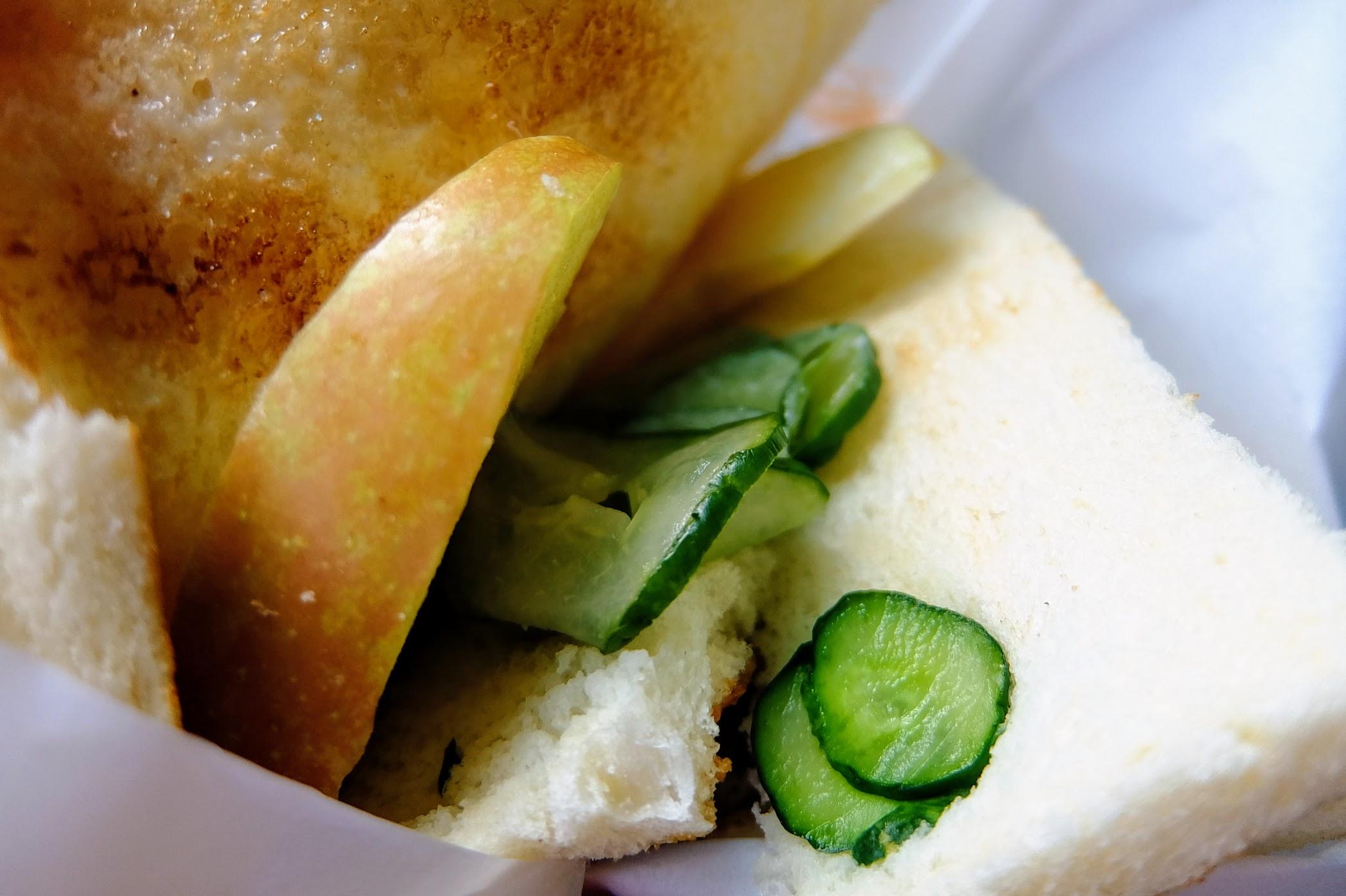 這二個三明治內其中一層挾著黃瓜與蘋果,吃起來頗爽口的