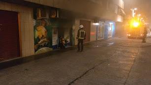 Los bomberos, sofocando el fuego en una tienda de mascotas de Nueva Andalucía.