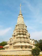 Photo: Phnom Penh - Srebrna Pagoda, Stupa Króla Suramarit i Królowej Kossomak / Silver Pagoda, Stupa of King Suramarit and Queen Kossomak
