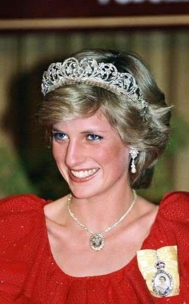 Диана, принцесса Уэльская в очках: принцесса Диана в колье Prince of Wales Feathers во время королевского турне по Австралии в 1983 году - Тим Грэм / Getty Images
