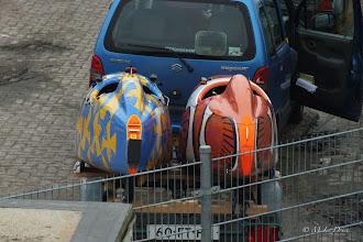 Photo: Buiten komen twee bijzondere fietsen naast elkaar op de aanhanger aan: Quesjer en Quemo.