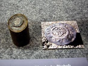 """Photo: Einseitiger Pfennig: Vordereite mit mitriertem Kopf Leupold I. von Gründlach (1296-1303), Dm. 16,2 mm - unterhalb des Plankensteins gefunden. Krug Nr. 92 - Inv.-Nr. 2342 L Umschrift: """"LVPOLDVS EPI ..."""" (Episcopus)  [http://www.landschaftsmuseum.de/Seiten/Aktuell/Muenzen-Plankenstein.htm]"""