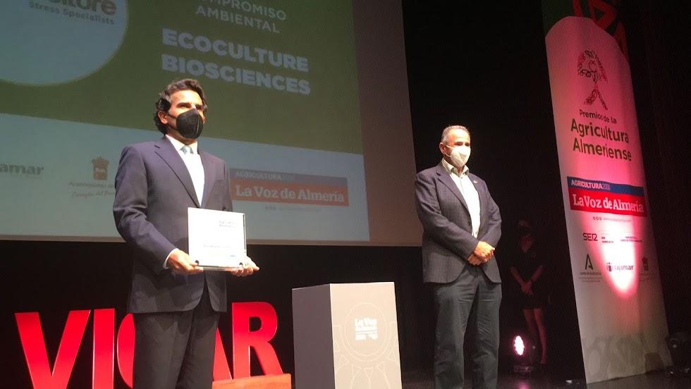 El Premio al Compromiso Ambiental cae en manos de Ecoculture Bioesciences. Recoge  Javier Moreno, director de marketing.