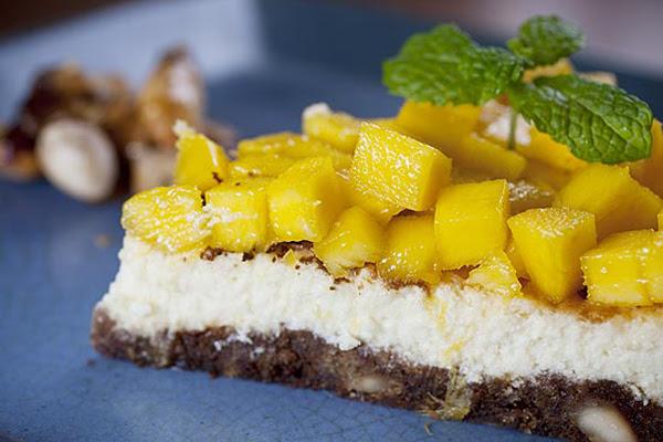 Cheesecake com Crocante de Castanha e Manga Fresca