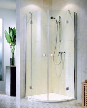 Paroi de douche arrondie avec portes pivotantes