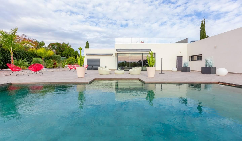 Propriété avec piscine en bord de mer Antibes