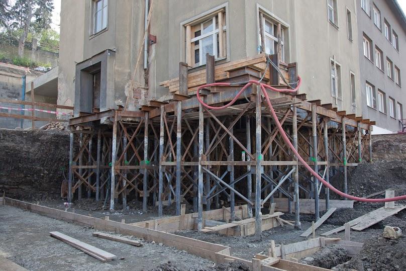 Dom z odsłoniętymi fundamentami