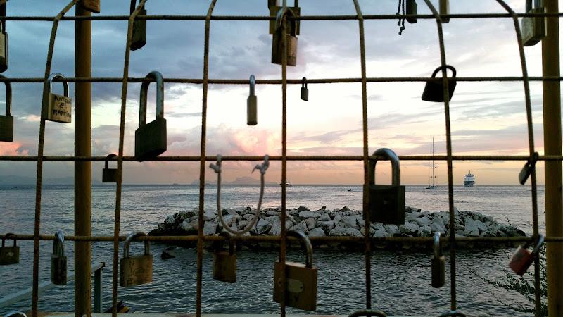 Amori in gabbia e la libertà del mare di Dama