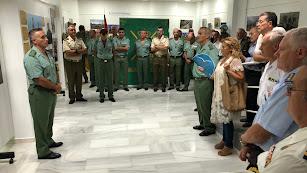 El general Marcos Llago, a la izquierda, inaugura la exposición en la Escuela Municipal de Músic