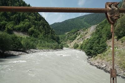 Das Wasser des Flusses Enguri führt jede Menge Sedimente mit sich.
