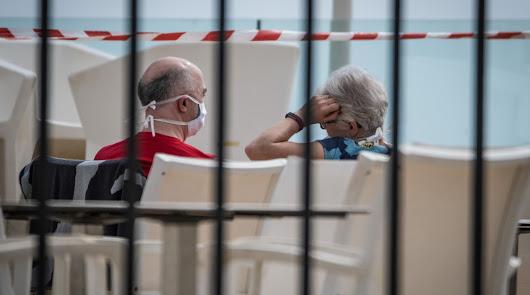 Dos de los cientos de turistas aislados en un hotel de Tenerife al detectarse un caso de coronavirus.