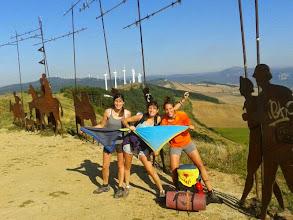 Photo: L'Anna, l'Aina i la Marta a l'Alto Perdón (770m), Navarra.