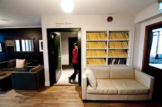 Photo: Y en la primera planta tenemos la entrada a las habitaciones. Todo eso amarillo de la estantería son revistas del National Geographic.