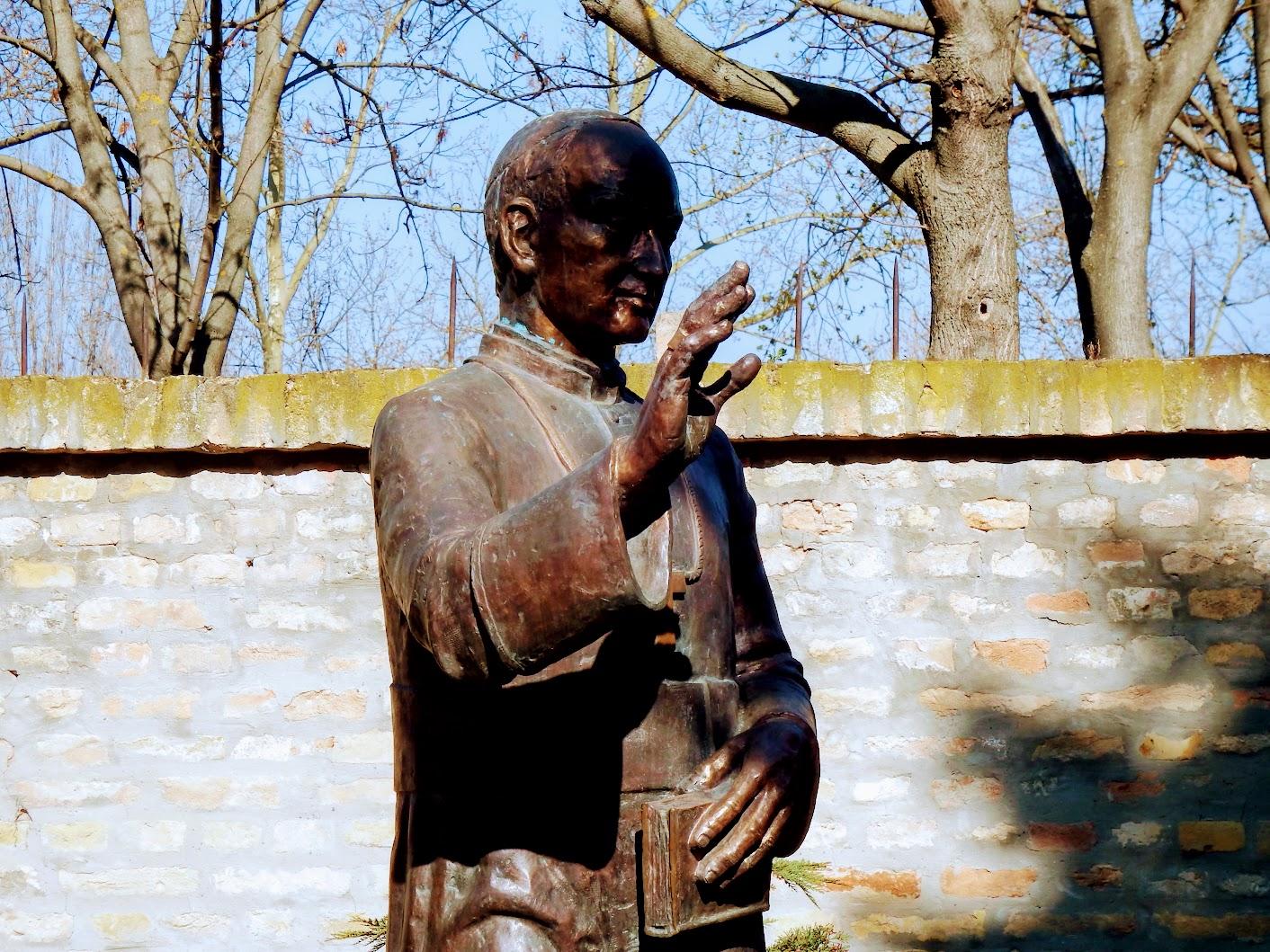 Győr - Boldog Apor Vilmos-szobor a Püspökvár kertjében