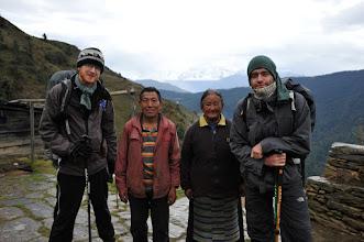 Photo: 4日目。プルテンのロッジの夫婦と。晴れていればここからエベレストが見れるという話しだった気がする。