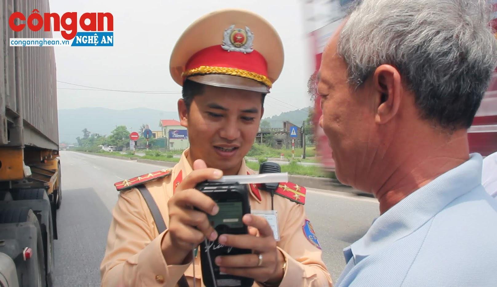 CSGT Công an Nghệ An kiểm tra nồng độ cồn trên tuyến Quốc Lộ 1A. Ảnh: Bình Minh