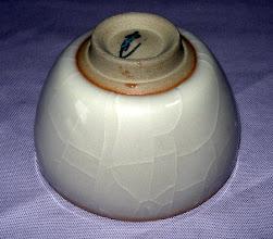写真: 米色青瓷ぐい呑:高台 琉球大田焼窯元:平良幸春作  掲載作品のお問い合わせは ℡/FAX 098-973-6100でお願致します。