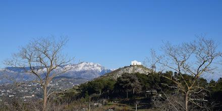 Photo: cappella di San Costanzo, sullo sfondo il Faito innevato