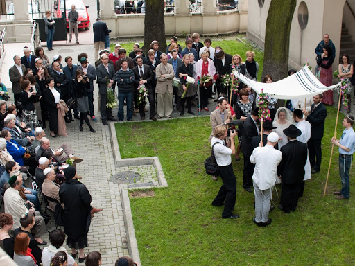 Jewish wedding in the courtyard of the Krakow JCC