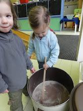 Photo: Onze jongsten helpen mee om de chocomelk op te warmen. Mares vindt het leuk om te roeren.