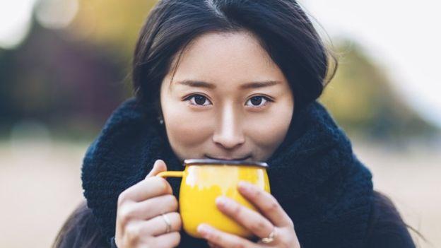 Студентка с чашкой чая