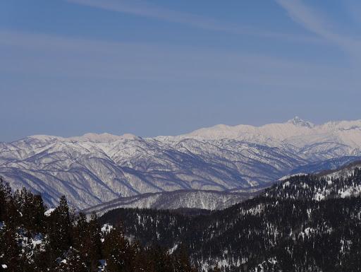 左に毛勝三山、右に剱岳など