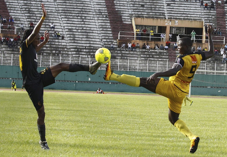 Asec Mimosa's Salomon Okuruket (R) vies for the ball with Kaizer Chief's Siphiwe Lawrence (L) during their CAF Champions League match at the Stade Felix Houphouet-Boignyin in Abidjan, Ivory Coast, 20 March 2016.  Picture: EPA/LEGNAN KOULA