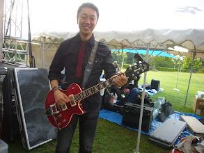 Photo: 山ちゃんバンドのほんまさん。このバンドのために見た目で選んだそうです。ギルドの見たことないギターです。ほんと、この人は変なギター好きですね。