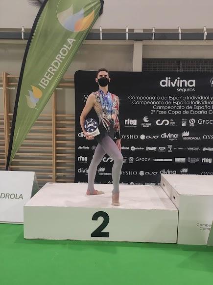 Iván Fernández Ruiz con su medalla de plata.