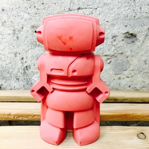 objet déco en béton rouge figurine déco en forme de robot pour une déco 100% geek