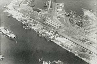 Photo: [ongeveer 1944 ©-Port of Rotterdam] http://www.portofrotterdam.com. Katendrecht Vuist met de Eerste en Tweede Katendrechtsehaven en onder de Maashaven. De foto is gemaakt kort nadat de Duitsers de haven hadden opgeblazen.