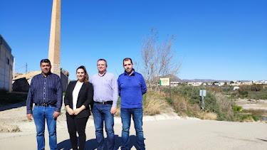 Autoridades municipales y de la Junta frente al molino.