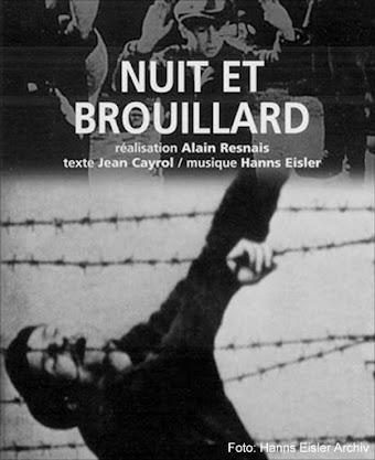 Filmplakat. Mann hängt im Stacheldraht «Nuit et Brouillard...».