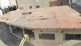 Una máquina retroexcavadora ha comenzado esta mañana la demolición del edificio.