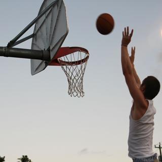 لعبة كرة سلة في الحارة