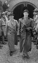 Photo: Mijn moeder Johanna Hesselink-van der Vliet (1908-1965) op 21-3-1939 in Bussum. Naast haar Nicolette Marthe van de Kamer (1876-1962), muziekpedagoge en een tante van mijn vader. De padvinders waren kameraden van Engbertus Hesselink, die die dag trouwde met Engelina Mathilda Reijnen (Collectie Ard Hesselink).