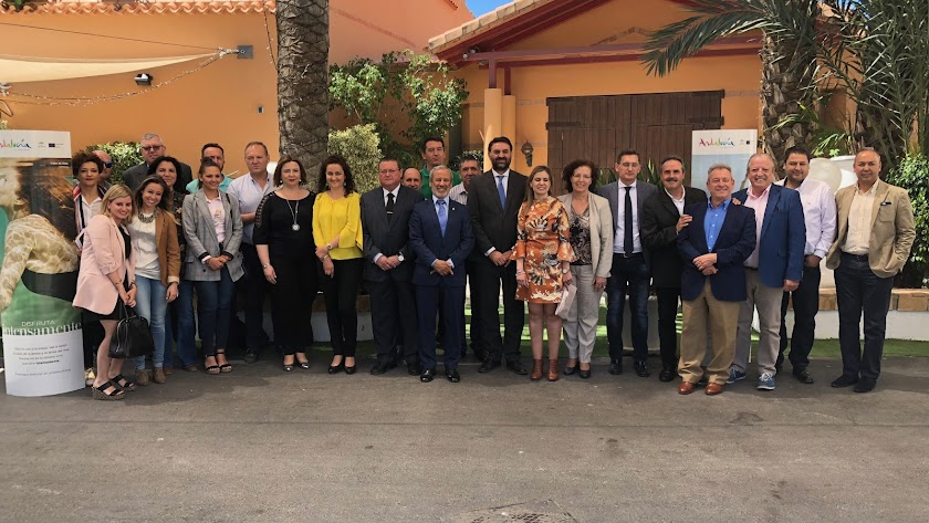 Representantes municipales y empresas turísticas acompañaron al consejero en Vera.