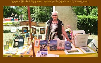 Photo: Sonia Kitaeff à son stand de poèmes et peintures.