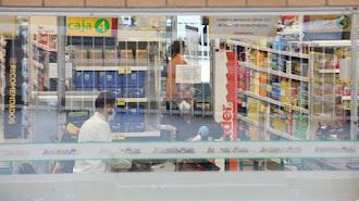 Los supermercados toman precauciones para mantener la seguridad.