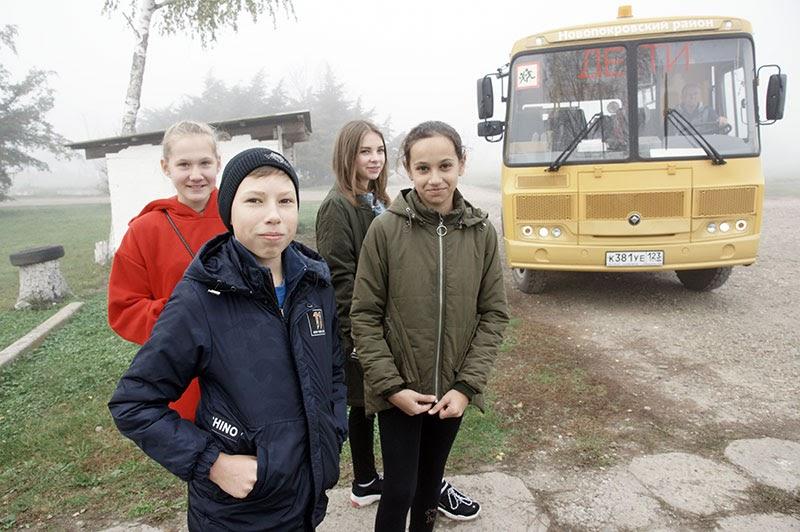 Осенние каникулы для юных жителей поселка начались с поездки в школу