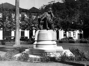 Photo: Estátua de D. Pedro II, localizada na Praça D. Pedro. Ao fundo, percebe-se que ainda não existiam os grandes edifícios que hoje lá estão. Foto sem data