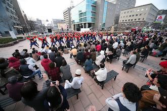 Photo: 2013年に行われた「第13回 浜松 がんこ祭」の写真です。がんこ祭は楽器の街浜松ならではの全国でも唯一「楽器を持って踊ること」のルールの元に、全国から約4500人の参加者と観客10万人が集まる毎年三月に行われるお祭りです。 ■東街区 ロータリー会場  「浜松 がんこ祭 公式ホームページ」 http://www.ganko-matsuri.com/  2014年は3月15日(土)16日(日)と二日間開催されます。100を越えるチームが優勝を目指し、元気溢れる踊りを披露し、16日の浜松中心街において表彰される最優秀チームの栄誉を目指して競い合います。  ※photo 「zeki」 http://zeki72.exblog.jp/  direct 「株式会社マツヤマデザイン」http://www.md-f.jp/